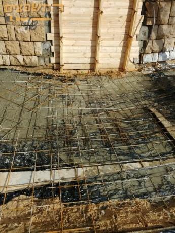 עבודות בטון בחצר כולל יציקת בטון מסביבת לבית פרטי כהכנה לריצוף. צילום: חיים שיפוצים