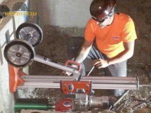 קודח יהלום בביצוע קידוח בקיר בטון עבה לצורך ניקוז