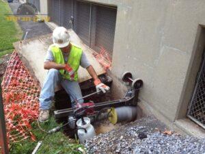 ביצוע קידוח בקיר בטון לצורך ניקוז