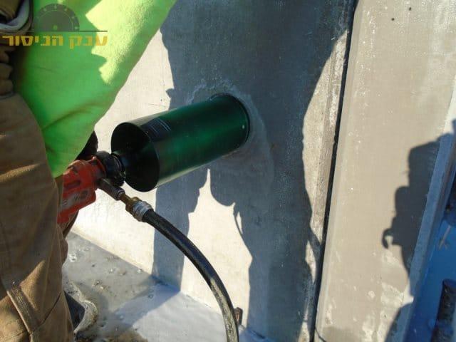 ביצוע קידוח בקיר בטון עבה במיוחד לצורך ניקוז מים בשכונת בת גלים בחיפה