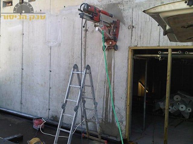 ביצוע קידוח בקיר בטון עבה לצורת העברת תשתית בשכונת שיכון המזרח בראשון לציון