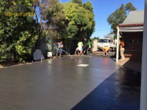 ביצוע ריצפת בטון מוחלק לחצר של דירת גן