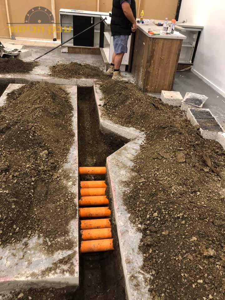חציבה ברצפת בטון לצורך הנחת צנרת