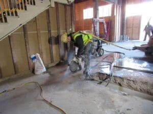 ניסור שביל בטון בכניסה למפעל בקומת קרקע