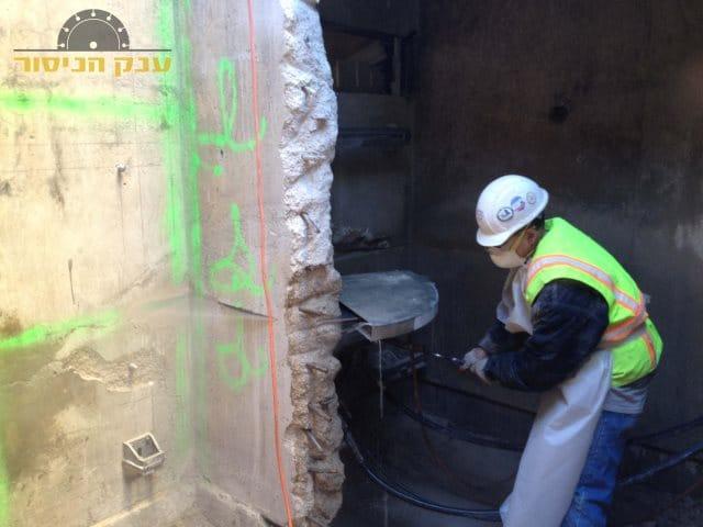ניסור קיר בטון לצורך הרחבת ויטרינה גדולה ביציאה מהסלון